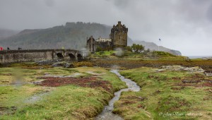 Eilean Donan castle tijdens regenbui. (april)