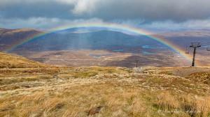 regenboog over Glencoe gebied (panorama) (april)